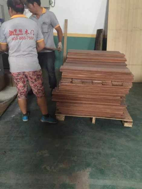 梦缘木业UV烤漆设备生产进行中